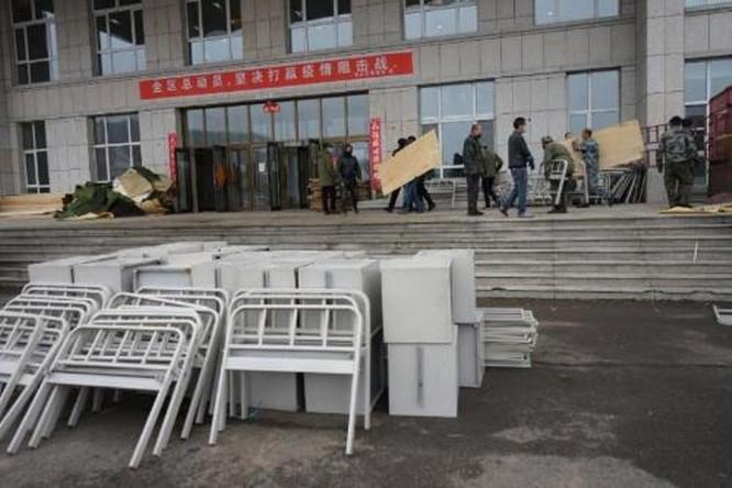 """Người bị bệnh từ Nga về nhiều, Trung Quốc lại phong tỏa thành phố và lập """"bệnh viện cabin"""" ảnh 2"""