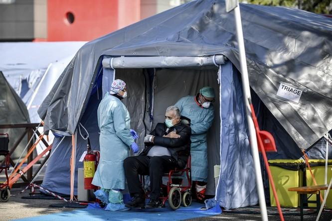 Dịch COVID-19 ở Tây Âu: một nửa số ca tử vong là người già trong các viện dưỡng lão ảnh 1