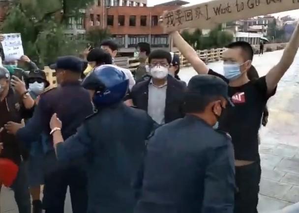 Biểu tình đòi về nước tránh dịch bệnh, 45 người Trung Quốc ở Nepal bị bắt ảnh 1