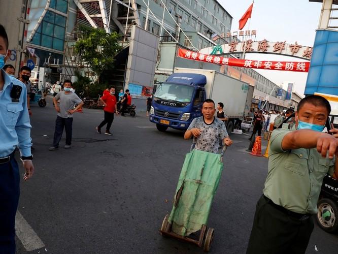 Lo ngại tái bùng phát dịch bệnh COVID-19, Bắc Kinh đóng cửa các chợ bán buôn và cấm thi đấu thể thao ảnh 3