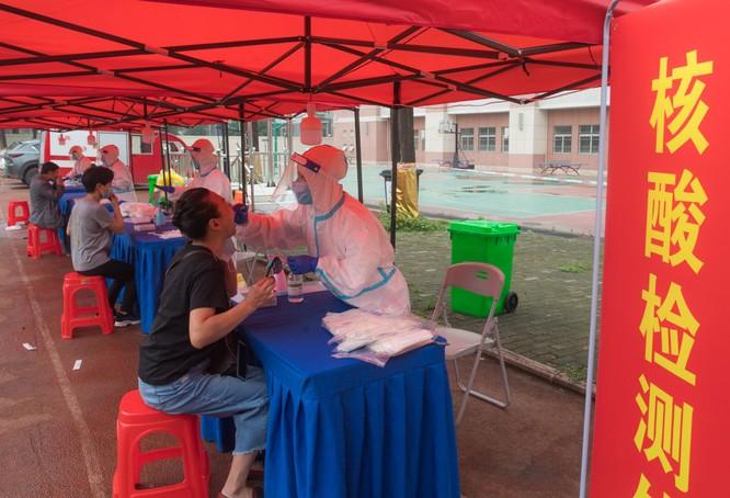 Lo ngại tái bùng phát dịch bệnh COVID-19, Bắc Kinh đóng cửa các chợ bán buôn và cấm thi đấu thể thao ảnh 2