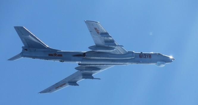 Báo Hoa ngữ: Trung Quốc cho máy bay H-6 diễn tập tấn công mục tiêu trên Biển Đông nhằm vào Mỹ ảnh 1