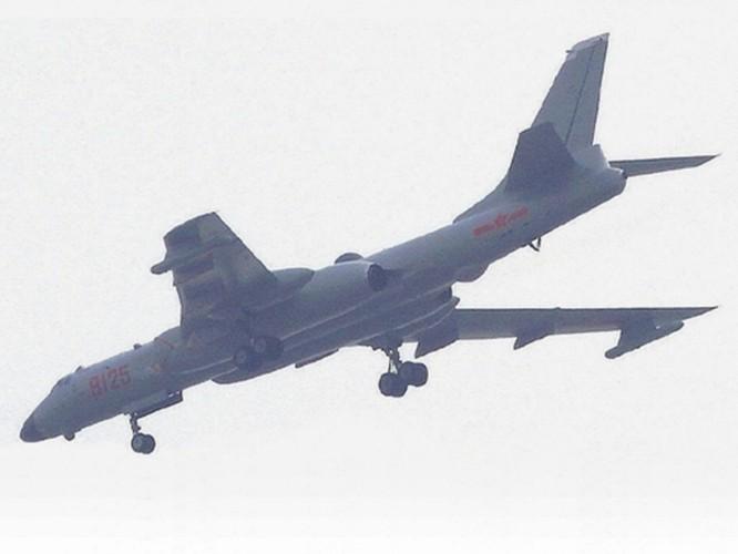 Báo Hoa ngữ: Trung Quốc cho máy bay H-6 diễn tập tấn công mục tiêu trên Biển Đông nhằm vào Mỹ ảnh 4