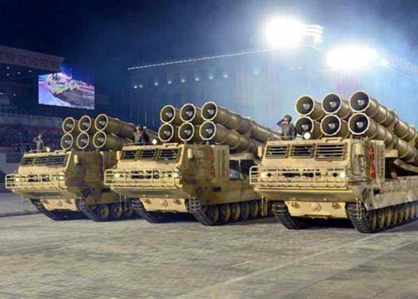 Triều Tiên diễu binh lớn ban đêm, trình làng xe tăng và các tên lửa liên lục địa kiểu mới ảnh 4