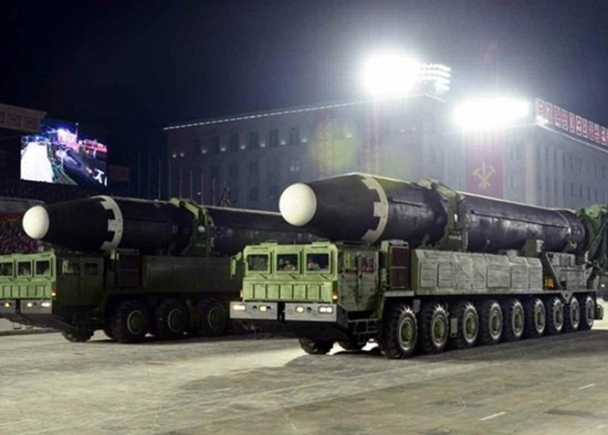 Triều Tiên diễu binh lớn ban đêm, trình làng xe tăng và các tên lửa liên lục địa kiểu mới ảnh 6