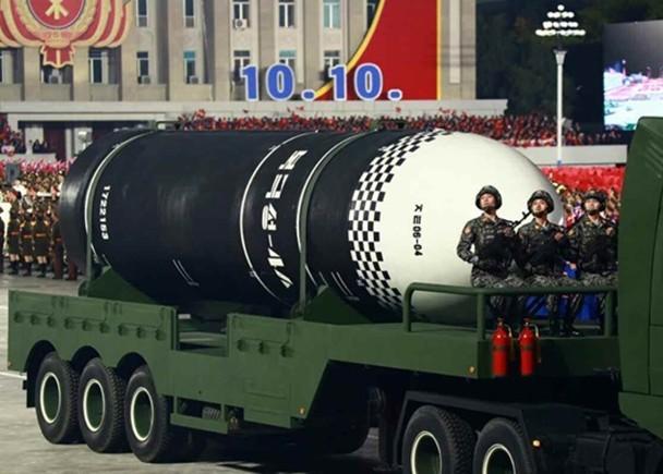Triều Tiên diễu binh lớn ban đêm, trình làng xe tăng và các tên lửa liên lục địa kiểu mới ảnh 5