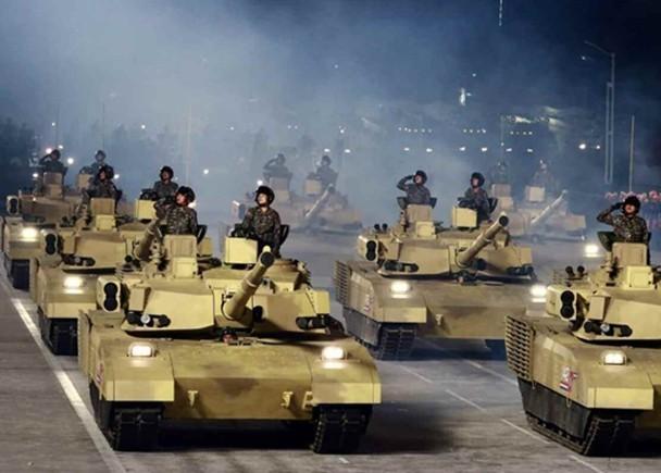 Triều Tiên diễu binh lớn ban đêm, trình làng xe tăng và các tên lửa liên lục địa kiểu mới ảnh 7