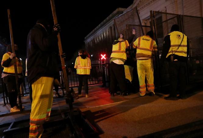 Lo ngại bạo động nổ ra sau bầu cử, chính quyền Mỹ khẩn cấp dựng tường rào quanh Nhà Trắng ảnh 1