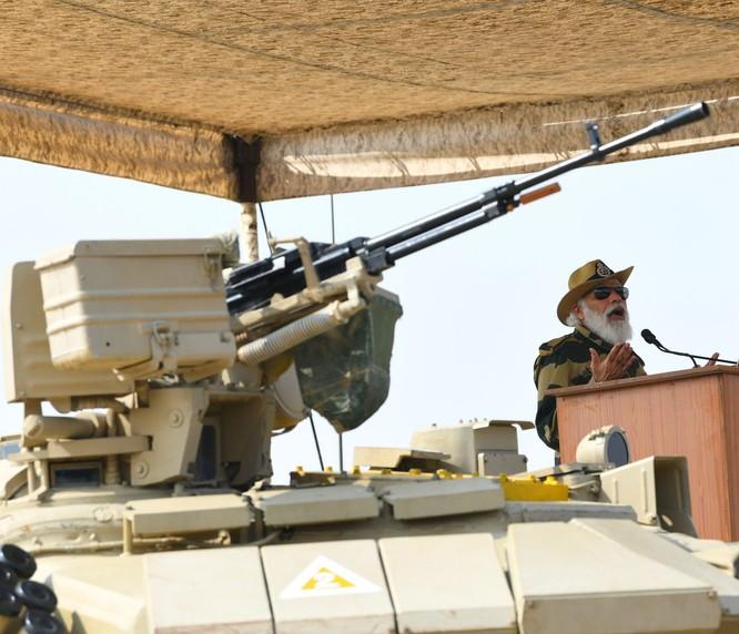 Ra biên giới mặc quân phục, cưỡi xe tăng, Thủ tướng Ấn Độ mạnh mẽ phê phán âm mưu của Trung Quốc ảnh 4