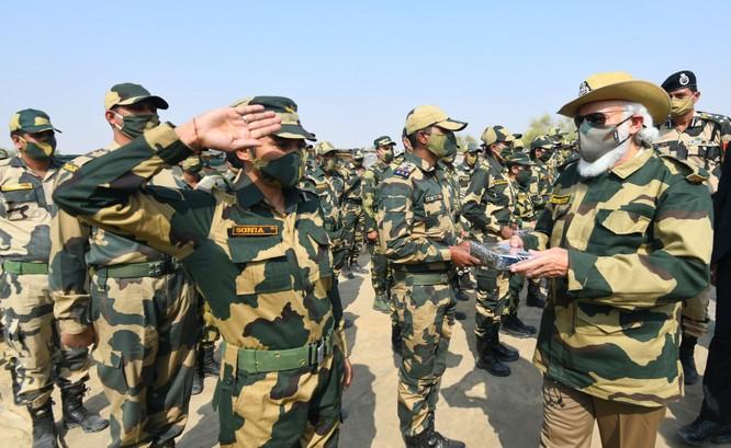 Ra biên giới mặc quân phục, cưỡi xe tăng, Thủ tướng Ấn Độ mạnh mẽ phê phán âm mưu của Trung Quốc ảnh 1