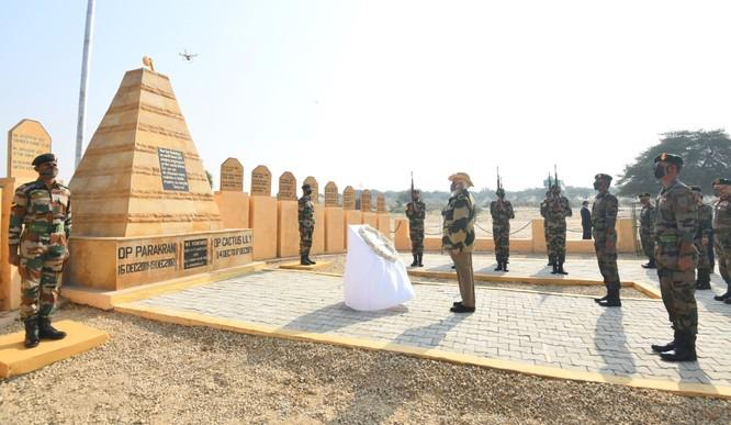 Ra biên giới mặc quân phục, cưỡi xe tăng, Thủ tướng Ấn Độ mạnh mẽ phê phán âm mưu của Trung Quốc ảnh 2