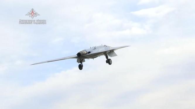 Quân đội Nga thử nghiệm sử dụng máy bay không người lái thế hệ 6 vào không chiến ảnh 1