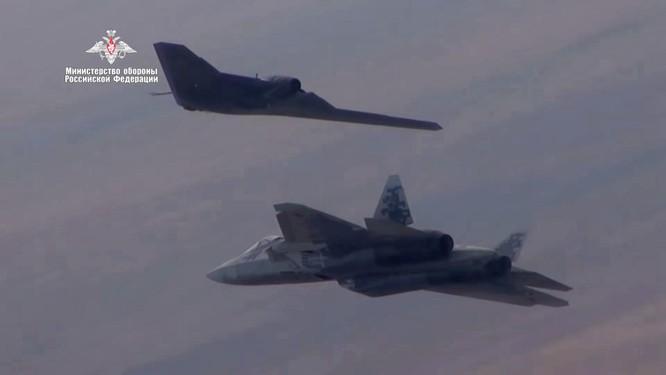 Quân đội Nga thử nghiệm sử dụng máy bay không người lái thế hệ 6 vào không chiến ảnh 2
