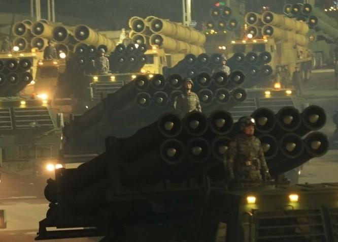 """Triều Tiên bất ngờ tổ chức duyệt binh tối, phô diễn tên lửa phóng từ tàu ngầm """"mạnh nhất thế giới"""" ảnh 6"""