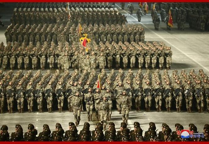 """Triều Tiên bất ngờ tổ chức duyệt binh tối, phô diễn tên lửa phóng từ tàu ngầm """"mạnh nhất thế giới"""" ảnh 9"""