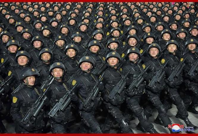 """Triều Tiên bất ngờ tổ chức duyệt binh tối, phô diễn tên lửa phóng từ tàu ngầm """"mạnh nhất thế giới"""" ảnh 11"""