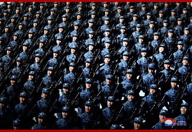 """Triều Tiên bất ngờ tổ chức duyệt binh tối, phô diễn tên lửa phóng từ tàu ngầm """"mạnh nhất thế giới"""" ảnh 10"""