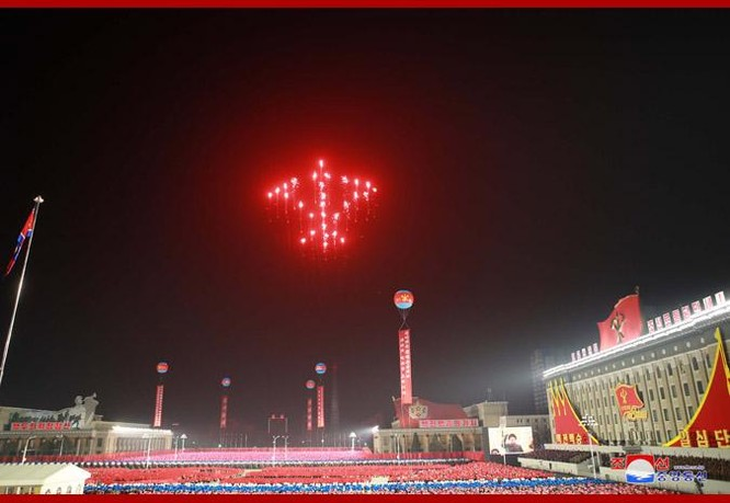"""Triều Tiên bất ngờ tổ chức duyệt binh tối, phô diễn tên lửa phóng từ tàu ngầm """"mạnh nhất thế giới"""" ảnh 4"""