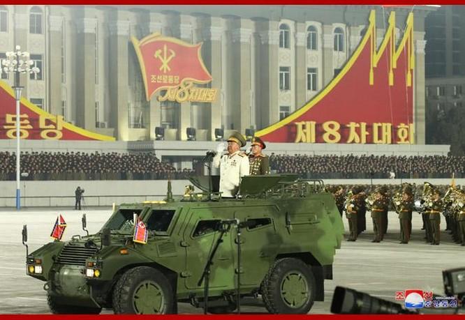 """Triều Tiên bất ngờ tổ chức duyệt binh tối, phô diễn tên lửa phóng từ tàu ngầm """"mạnh nhất thế giới"""" ảnh 3"""