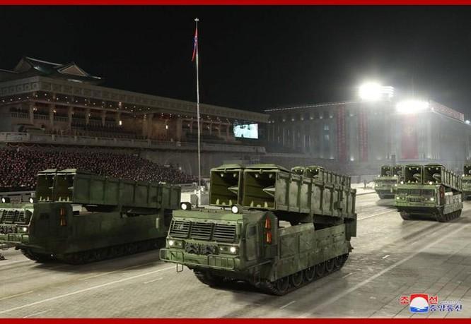 """Triều Tiên bất ngờ tổ chức duyệt binh tối, phô diễn tên lửa phóng từ tàu ngầm """"mạnh nhất thế giới"""" ảnh 8"""
