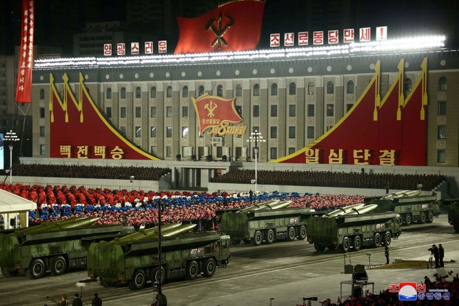 """Triều Tiên bất ngờ tổ chức duyệt binh tối, phô diễn tên lửa phóng từ tàu ngầm """"mạnh nhất thế giới"""" ảnh 7"""