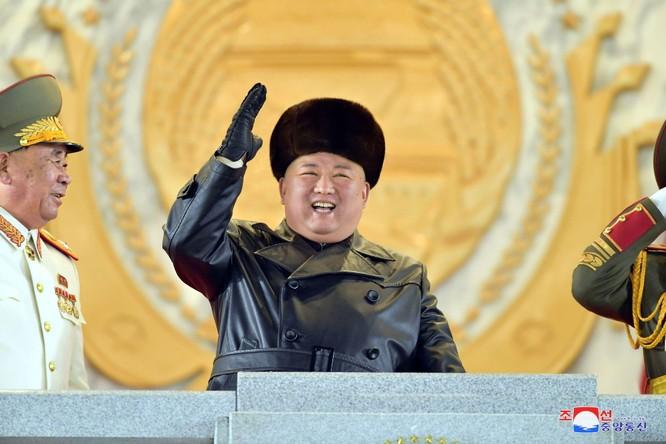 """Triều Tiên bất ngờ tổ chức duyệt binh tối, phô diễn tên lửa phóng từ tàu ngầm """"mạnh nhất thế giới"""" ảnh 1"""