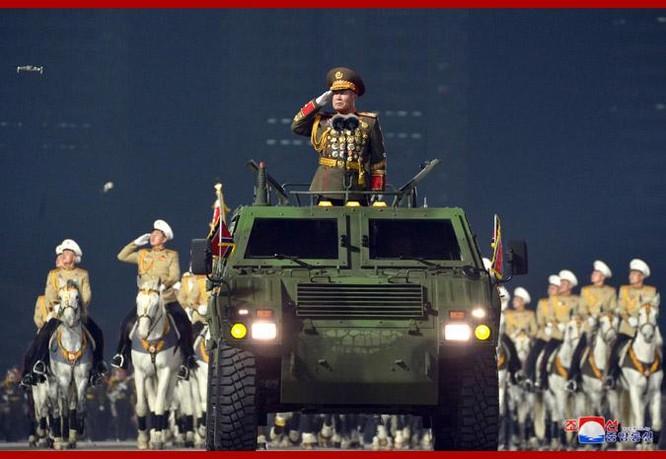 """Triều Tiên bất ngờ tổ chức duyệt binh tối, phô diễn tên lửa phóng từ tàu ngầm """"mạnh nhất thế giới"""" ảnh 2"""