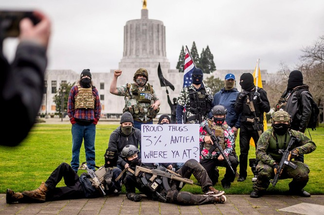 Nhiều bang xuất hiện người biểu tình có vũ trang, an ninh siết chặt trên khắp nước Mỹ ảnh 9