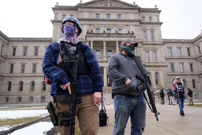 Nhiều bang xuất hiện người biểu tình có vũ trang, an ninh siết chặt trên khắp nước Mỹ ảnh 6