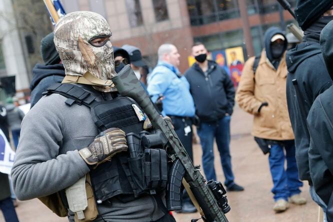 Nhiều bang xuất hiện người biểu tình có vũ trang, an ninh siết chặt trên khắp nước Mỹ ảnh 7