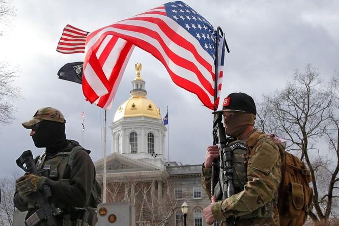 Nhiều bang xuất hiện người biểu tình có vũ trang, an ninh siết chặt trên khắp nước Mỹ ảnh 8