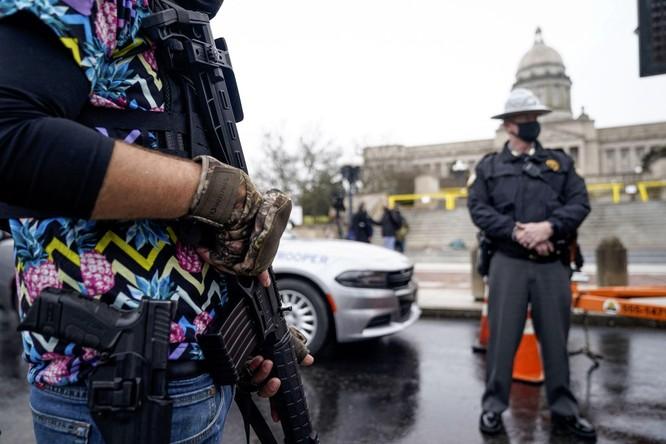 Nhiều bang xuất hiện người biểu tình có vũ trang, an ninh siết chặt trên khắp nước Mỹ ảnh 11