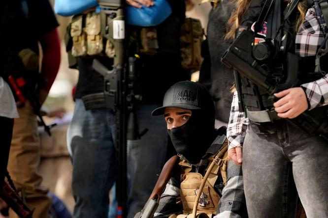 Nhiều bang xuất hiện người biểu tình có vũ trang, an ninh siết chặt trên khắp nước Mỹ ảnh 12