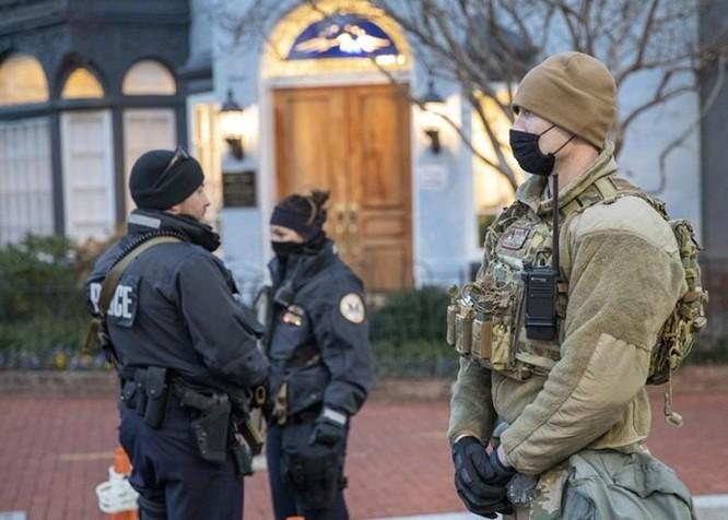 Nhiều bang xuất hiện người biểu tình có vũ trang, an ninh siết chặt trên khắp nước Mỹ ảnh 2