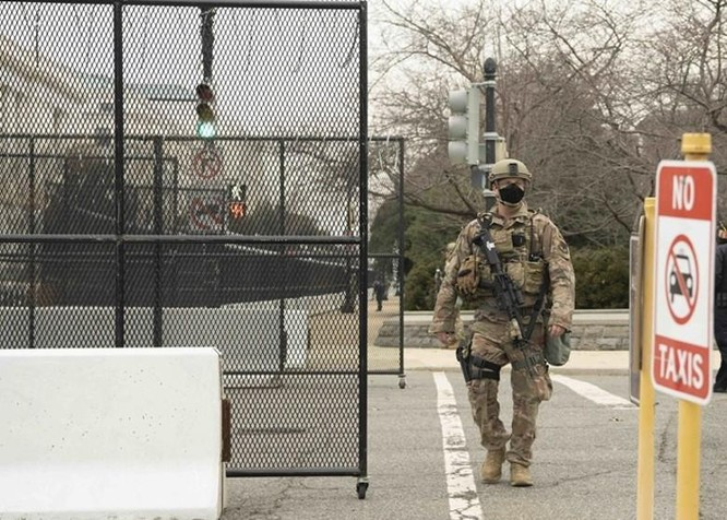 Nhiều bang xuất hiện người biểu tình có vũ trang, an ninh siết chặt trên khắp nước Mỹ ảnh 1