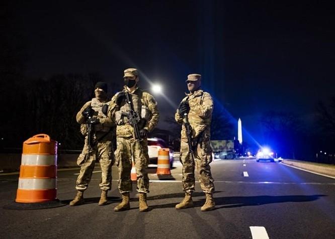 Nhiều bang xuất hiện người biểu tình có vũ trang, an ninh siết chặt trên khắp nước Mỹ ảnh 3