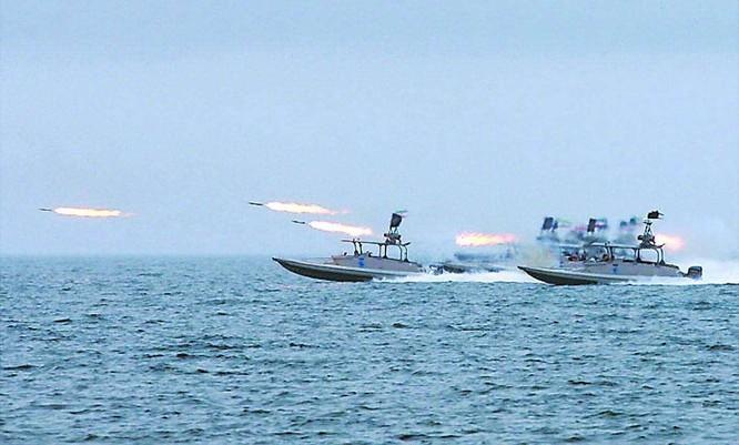 Chuẩn bị ứng phó tàu sân bay Mỹ, Hải quân Iran trang bị thêm 340 xuồng cao tốc mang tên lửa ảnh 4