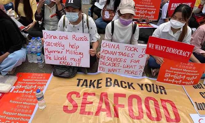 Nóng: hơn 20 nhà máy, công ty Trung Quốc ở Myanmar bị tấn công, đốt phá ảnh 5
