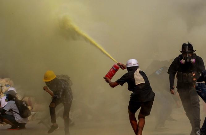 Diễn biến mới ở Myanmar: người biểu tình bắt đầu dùng vũ khí phản kích ảnh 5