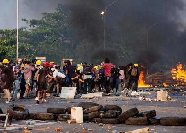 Diễn biến mới ở Myanmar: người biểu tình bắt đầu dùng vũ khí phản kích ảnh 2