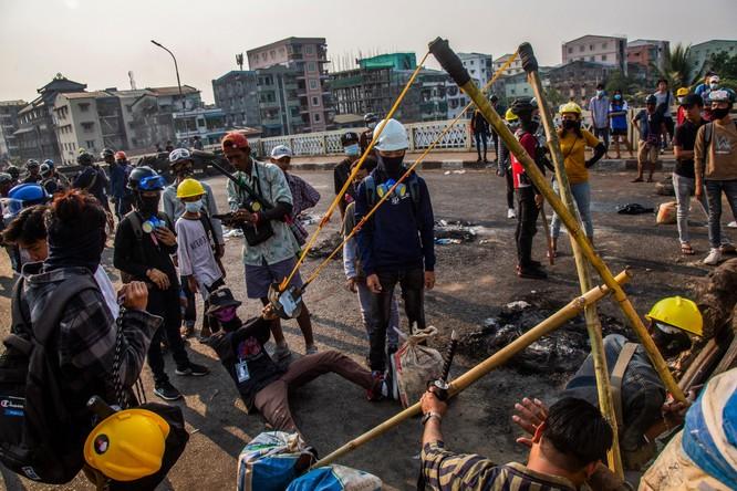 Diễn biến mới ở Myanmar: người biểu tình bắt đầu dùng vũ khí phản kích ảnh 1