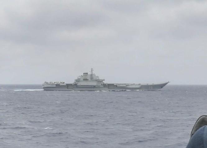 Cư dân mạng Trung Quốc nổi sóng trước hình ảnh tàu khu trục Mỹ bám sát tàu sân bay Liêu Ninh ảnh 1