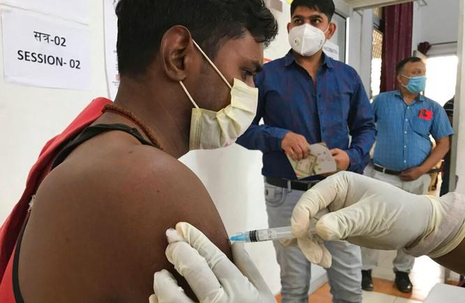 """Vì sao Ấn Độ đột ngột """"vỡ trận"""" đại dịch COVID-19, hơn 200 ngàn người nhiễm SARS-CoV-2 mỗi ngày? ảnh 3"""