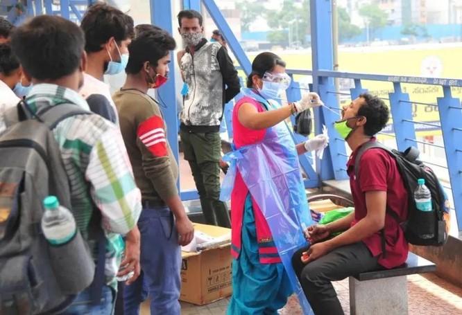 """Vì sao Ấn Độ đột ngột """"vỡ trận"""" đại dịch COVID-19, hơn 200 ngàn người nhiễm SARS-CoV-2 mỗi ngày? ảnh 2"""