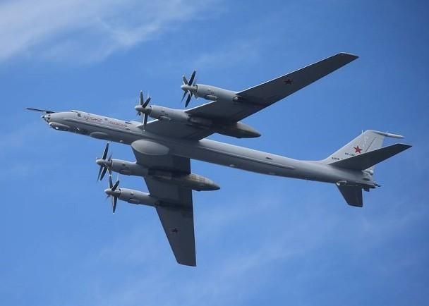 Lộ diện video máy bay Nga tiếp cận tàu sân bay Mỹ bị tiêm kích Mỹ bay lên ngăn chặn ảnh 1