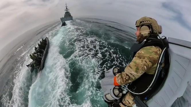 Xem video lính đặc nhiệm Anh bay lượn đột nhập tàu đối phương như trong phim viễn tưởng ảnh 2