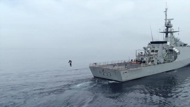 Xem video lính đặc nhiệm Anh bay lượn đột nhập tàu đối phương như trong phim viễn tưởng ảnh 4