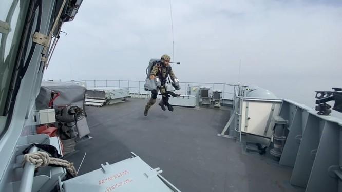 Xem video lính đặc nhiệm Anh bay lượn đột nhập tàu đối phương như trong phim viễn tưởng ảnh 3