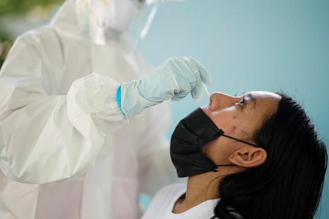 Cảnh sát Indonesia phát hiện vụ tái sử dụng tăm bông dùng lấy mẫu xét nghiệm SARS-CoV-2 ảnh 2