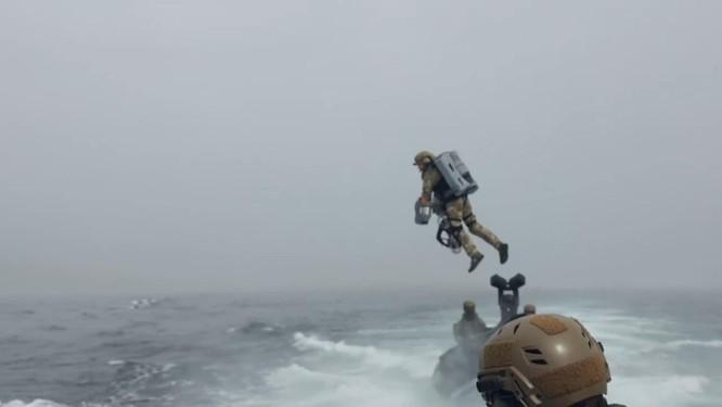 Xem video lính đặc nhiệm Anh bay lượn đột nhập tàu đối phương như trong phim viễn tưởng ảnh 1